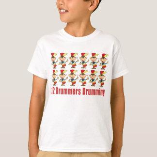 12 batteurs battant du tambour du T-shirts