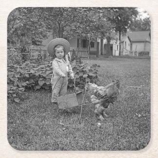 1880's chariot adorable de fille et de coq dans le dessous-de-verre carré en papier