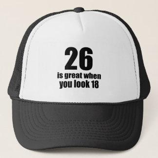 26 est grand quand vous regardez l'anniversaire casquette