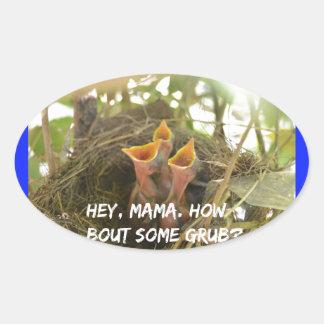 3 oiseaux de bébé affamés dans le nid sticker ovale