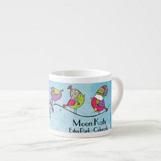 3 oiseaux sur une tasse de café express de branche