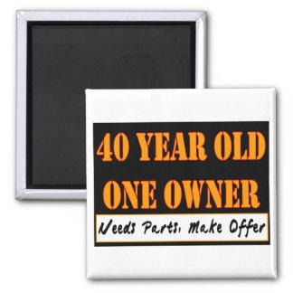 40 ans, un propriétaire - les pièces des besoins,  magnet carré