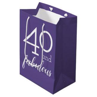 40 et sac violet de cadeau de quarantième