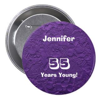 55 ans de jeune de poupées de bouton anniversaire badges
