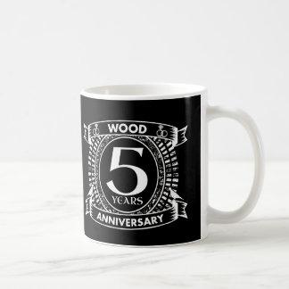 5ème crête affligée d'anniversaire de mariage mug