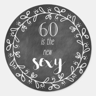 60 est le nouveau sexy - les soixantième sticker rond