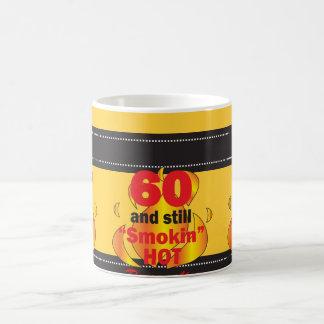 60 et toujours anniversaire chaud de Smokin | Mug