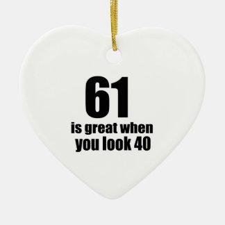 61 est grand quand vous regardez l'anniversaire ornement cœur en céramique