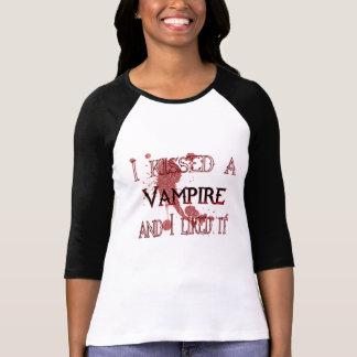 a embrassé une chemise de vampire t-shirt