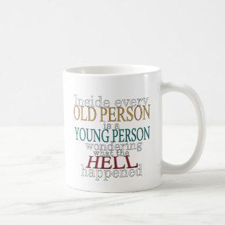 À l'intérieur de chaque personne âgée mug blanc