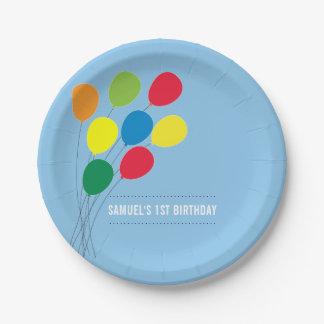 Ă?re fête d'anniversaire du garçon coloré de assiettes en papier