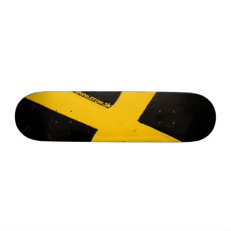 à travers la rue plateau de skateboard