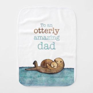 À une loutre de mer otterly stupéfiante de papa linge de bébé