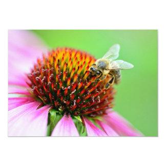 Abeille à l'invitation pourpre de fleur carton d'invitation  12,7 cm x 17,78 cm