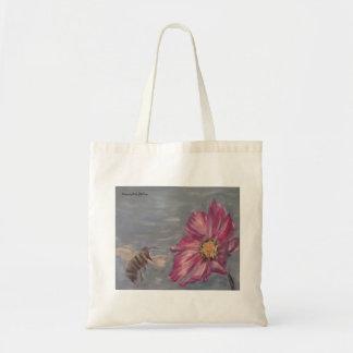 Abeille bourdonnant sur un fleur sauvage de sac de toile