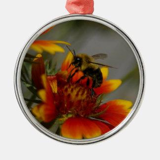 Abeille forageant sur une fleur ornement rond argenté
