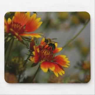 Abeille forageant sur une fleur tapis de souris