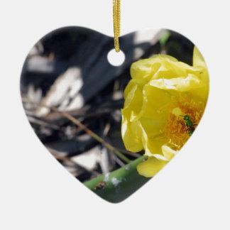abeille iridescente sur la fleur de nopales ornement cœur en céramique