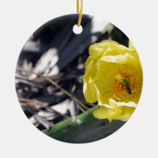 abeille iridescente sur la fleur de nopales ornement rond en céramique