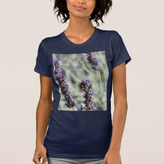 Abeille sur des fleurs de lavande t-shirt
