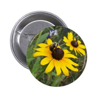 abeille sur la fleur badge avec épingle