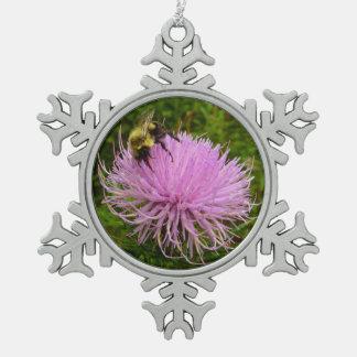 Abeille sur la fleur de chardon ornement flocon de neige pewter