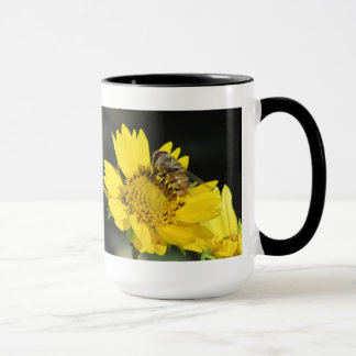 Abeille sur la fleur jaune mug