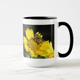 Abeille sur la fleur jaune mugs