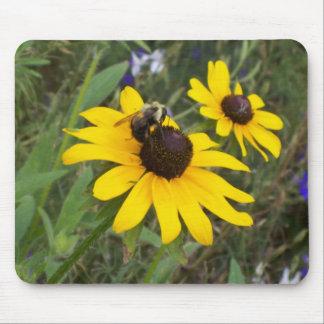 abeille sur la fleur tapis de souris