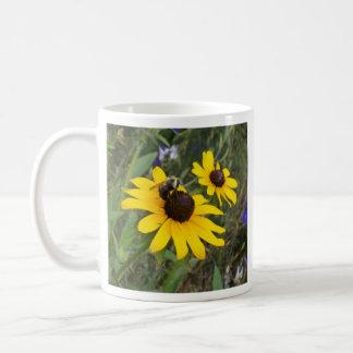 abeille sur la fleur tasse à café