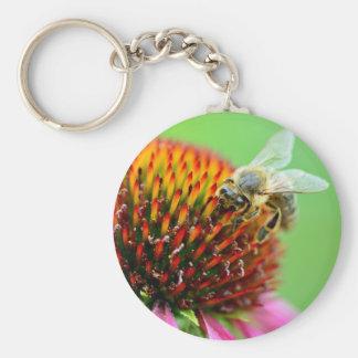 Abeille sur le porte-clés pourpre de fleur