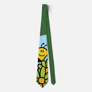 Abeille volant au-dessus de la cravate de fleurs