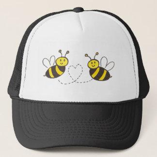 Abeilles de miel avec le coeur casquette