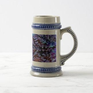 Abrégé sur feuillage dans des tons bleus et lilas chope à bière