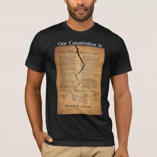 Accrocher par un fil sur la chemise noire t-shirt