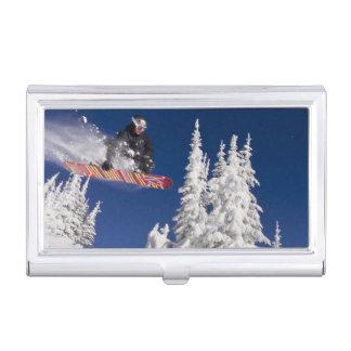 Action de snowboarding à la station de sports de étui pour cartes de visite