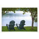 Adirondack préside faire face à un lac photo