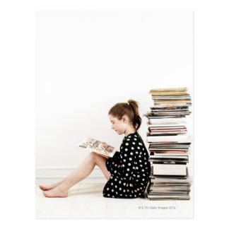 Adolescente lisant la présentation horizontale sur carte postale
