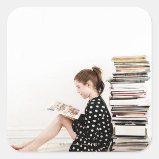 Adolescente lisant la présentation horizontale sur sticker carré