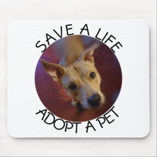 Adoptez des économies d'animal familier un chien tapis de souris
