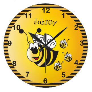Adorables mignons gaffent des abeilles avec un grande horloge ronde