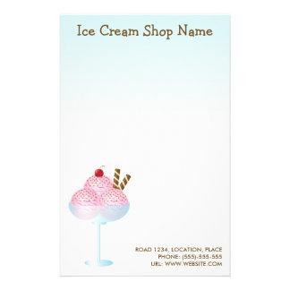 Affaires roses de crème glacée de fraise papier à lettre personnalisable