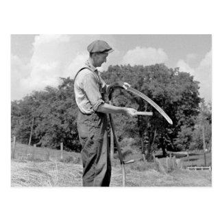 Agriculteur affilant une faux, les années 1930 carte postale