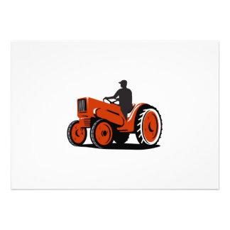 Agriculteur conduisant le tracteur vintage rétro faire-parts