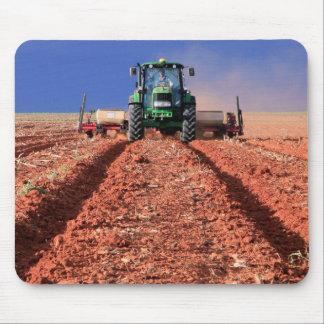 Agriculteur plantant le maïs utilisant le tapis de souris