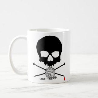 Aiguille de crâne et de tricot avec la tasse de