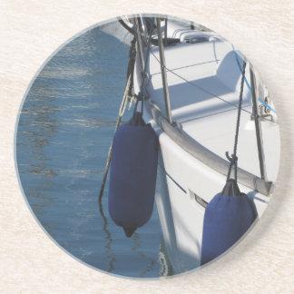 Aile gauche de bateau à voile avec deux dessous de verre