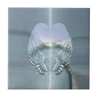 Ailes argentées d'ange enroulées autour d'un coeur petit carreau carré