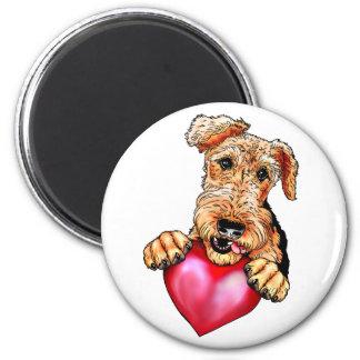 Aimant Airedale Terrier tenant le coeur