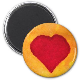 Aimant amour rouge de valentine d'arrière - plan de jaune